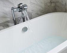 Quanta Acqua Vasca Da Bagno : Meglio da in piedi o da sdraiati? ecco come scegliere tra doccia e