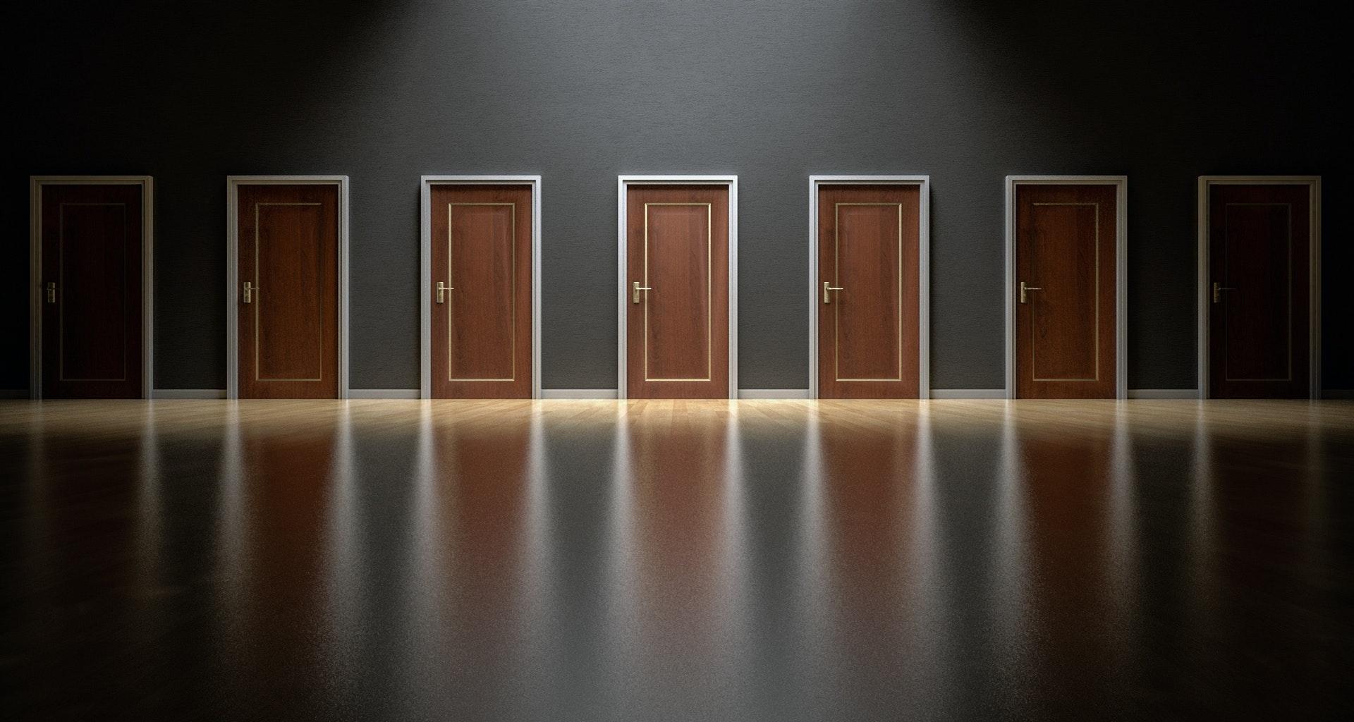 Lavorano Spesso Alle Finestre come scegliere gli infissi per la casa? 🚪